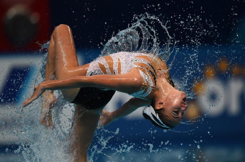 Darina Valitova compite en el evento preliminar dúo libre durante la competición de natación sincronizada en el Campeonato Mundial FINA 2015. (Foto: AFP/ CHRISTOPHE SIMON)