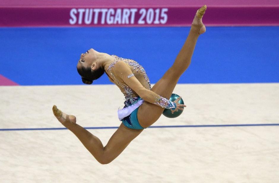 Carolina Rodríguez de España completando un salto en la presentación individual en el Mundial de Gimnasia Rítmica celebrado en Stutgart, Alemania. (Foto: Thomas Kienzle/AFP)