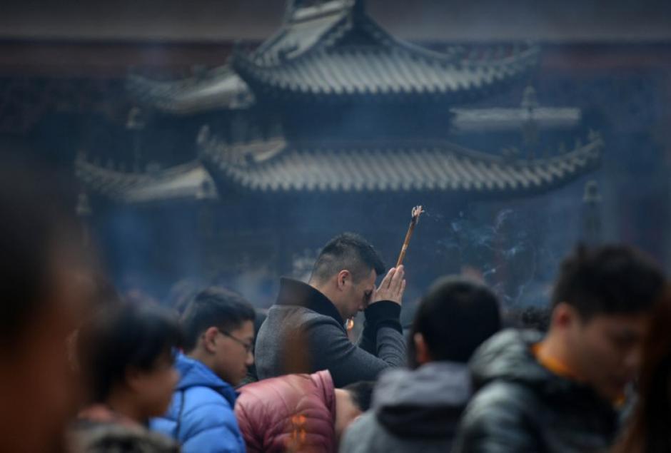 Pueblo chino reza en el templo de Jing para marcar el inicio del año del caballo en Shanghai, el 31 de enero de 2014. Millones de familias se reunieron para celebrar en la fiesta más importante del país. AFP