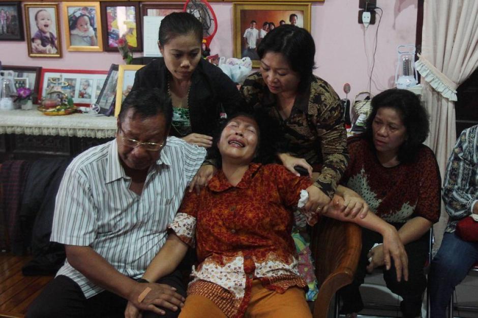 Los padres de Firman Chandra Siregar, una pasajera de 24 años del vuelo que se perdió entre Malasia y Vietnam, mostraron su dolor al no saber nada de su hija. (Foto: AFP)