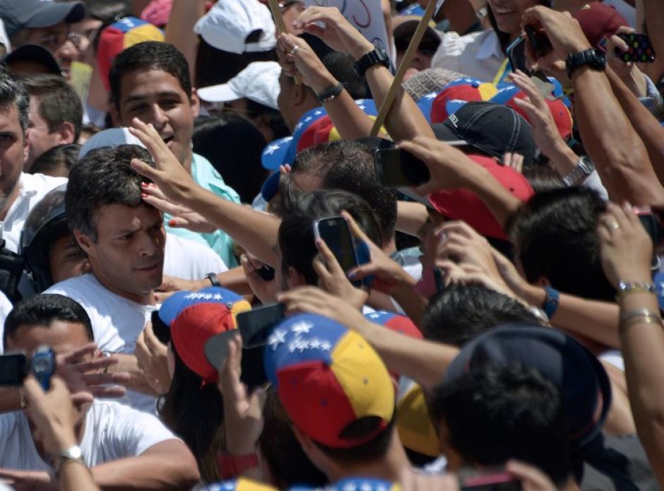 Leopoldo López será presentado a la justicia venezolana este miércoles donde se decidierá su situación legal, luego que el Gobierno lo responsanbiliza por las protestas violentas. Foto:AFP