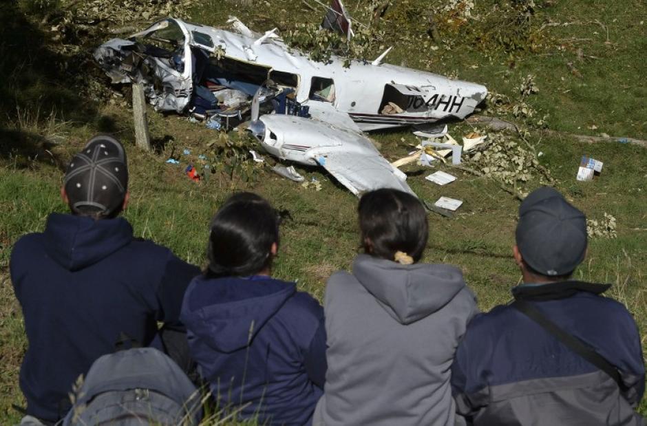 Personas observan los restos de la avioneta que se estrelló en Colombia