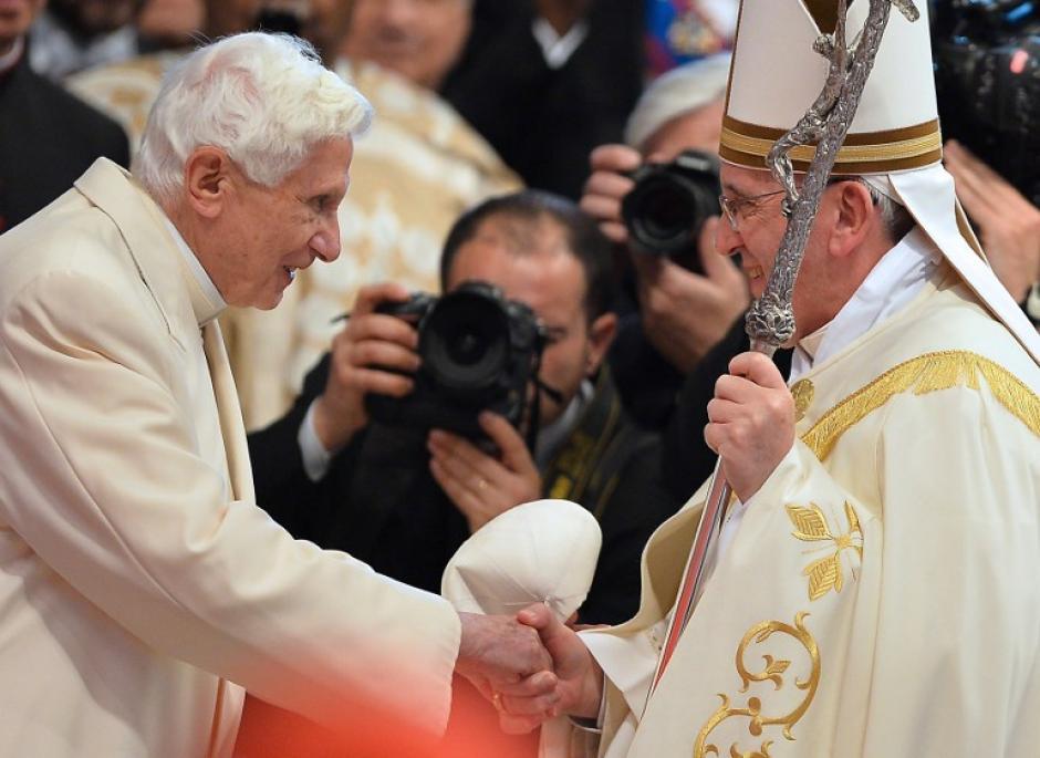 Benedicto XVI y Francisco se saludaron amenamente con un abrazo incluido