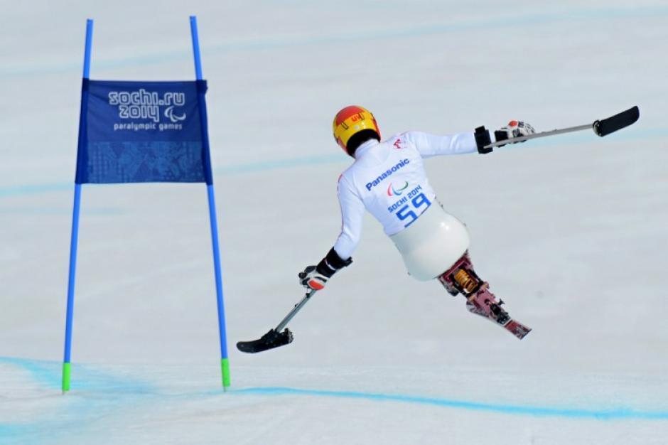 """Takeshi Suzuki compite por la medalla de bronce en la especialidad de """"bajada en asiento"""" en los XI Juegos Paralímpicos de Invierno en Sochi. (Foto: AFP)"""