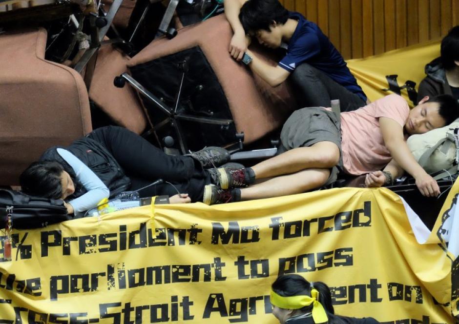 Activistas duermen sobre montones de muebles, ya que ocupan el Parlamento de Taiwán en protesta contra el gobernante que ratificó un acuerdo comercial con China. (Foto:AFP)