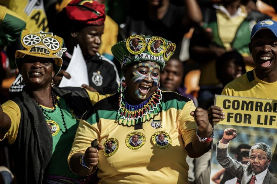 Sudafricanos cantan y bailan durante la recto final de la campaña electoral de ese país en el estadio Soccer City en Johannesburgo. Fotografía del 4 de mayo de 2014. (Foto: AFP)