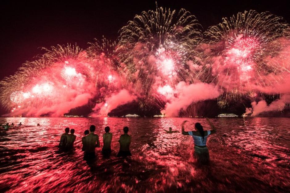 En la playa de Copacabana en Rio de Janeiro, Brasil, se arma una fiesta para recibir cada año nuevo. (Foto: Yasuyoshi Chiba/AFP)