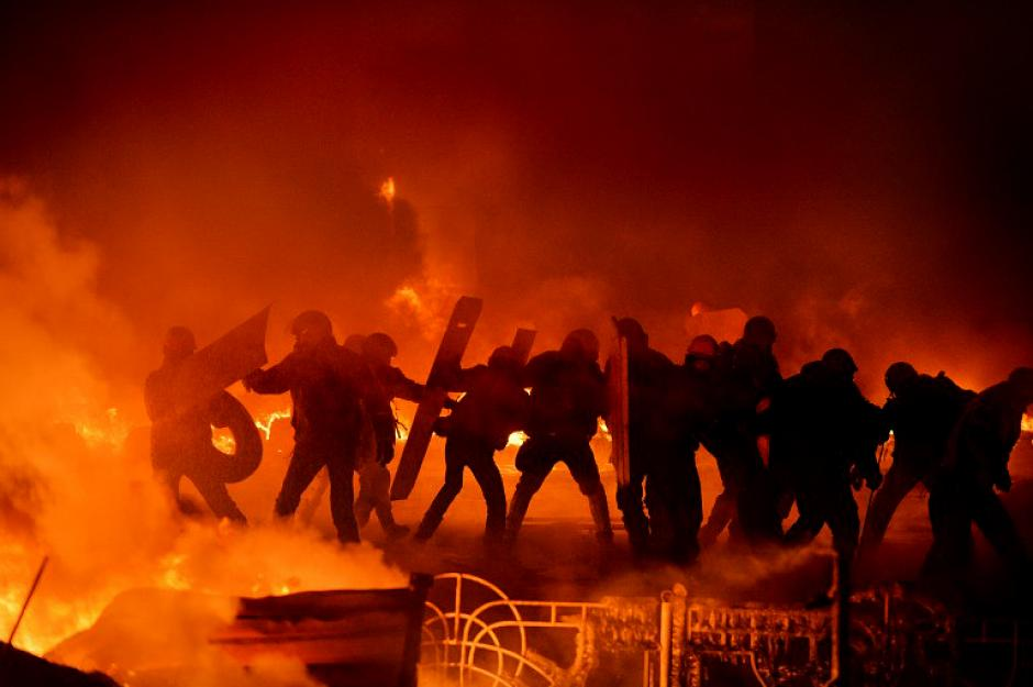 Protestantes antigobierno se enfrentan a la policía en el centro de Kiev, la capital de Ucrania. Fotografía tomada por Sergei Supinsky el 25 de enero.
