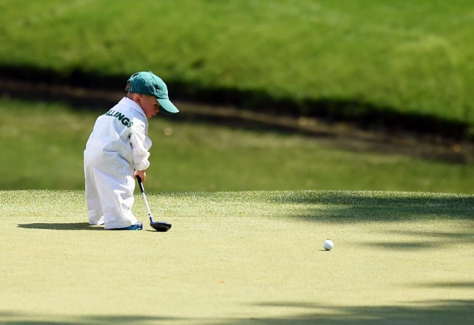 Finn, hijo de Scott Stallings golfista de los Estados Unidos, juega durante el inicio del torneo Masters de Golf 78 en el Augusta National Golf Club, en Augusta, Georgia. (Foto: AFP)