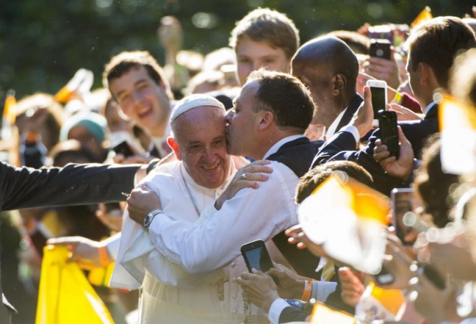 Francisco recibe un beso, fuera de la Nunciatura Apostólica a los Estados Unidos el 23 de septiembre, 2015, en Washington, DC. (Foto: AFP/ MOLLY RILEY)
