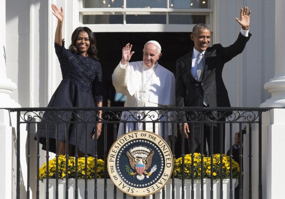 El presidente estadounidense, Barack Obama, la primera dama Michelle Obama y el papa Francisco durante una ceremonia de llegada en el Jardín Sur de la Casa Blanca en Washington, DC, 23 de septiembre de 2015. (Foto: AFP / JIM WATSON)