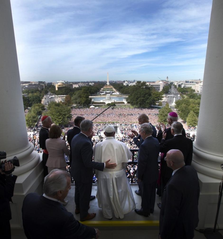 Francisco se dio la bienvenida a los oradores Balcón en los EE.UU. Capitolio por miembros del Congreso, el 24 de septiembre de 2015. (Foto: AFP/ DOUG MOLINOS)