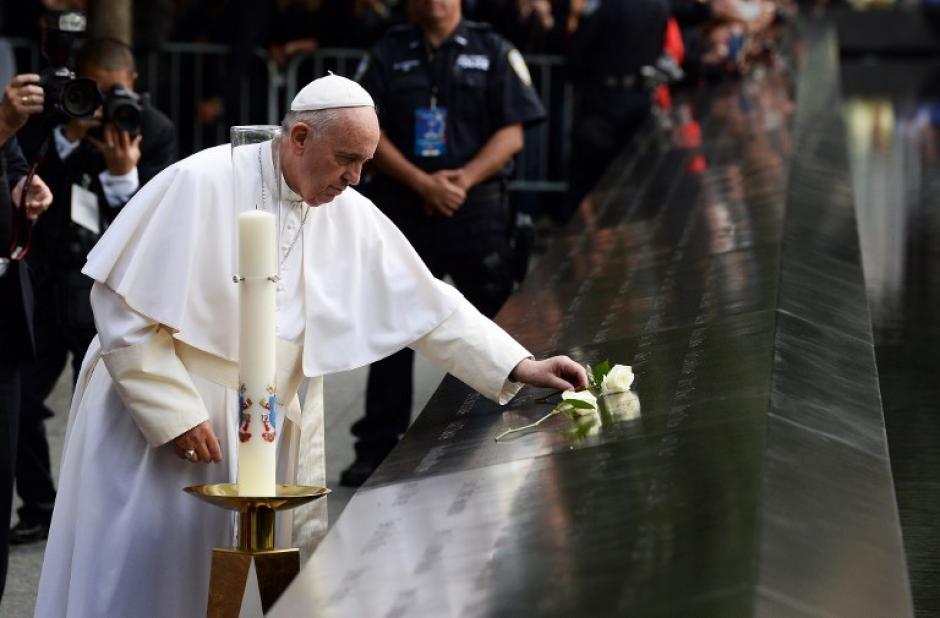 Francisco coloca una rosa blanca en los nombres de los del 11 de septiembre a las víctimas al Sur del 9/11 Memorial en Nueva York el 25 de septiembre de 2015. (Foto: AFP/ JEWEL SAMAD)