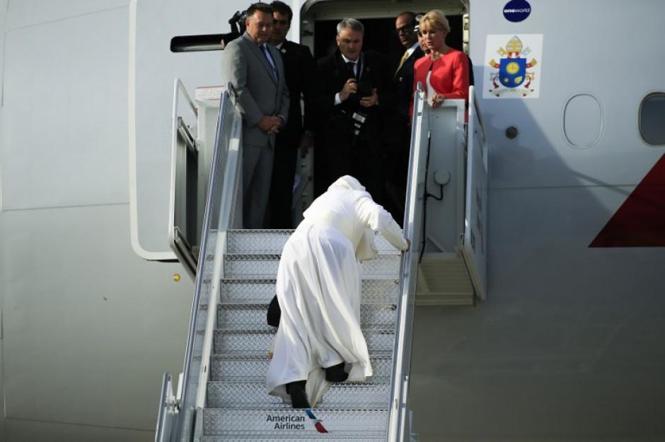 El Papa Francisco tropieza al embarcar en su avión saliendo desde el Aeropuerto Internacional John F. Kennedy de Nueva York a Filadelfia lo que será su última visita al país norteamericano. (Foto: AFP/ EDUARDO MUNOZ ALVAREZ)