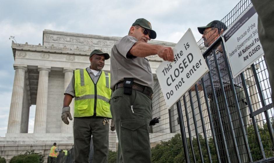 Trabajadores del Monumento Lincoln colocan un rótulo que informa sobre la clausura del sitio en Washington, DC, 1 de octubre de 2013.