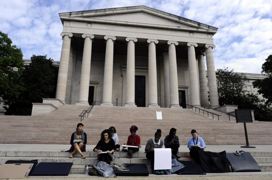 Un grupo de estudiantes descansa sobre las escaleras de la Galería Nacional de Arte, ya que está clausurada debido al cierre administrativo del gobierno federal.