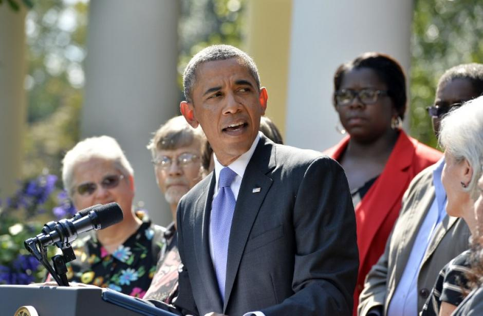 """El presidente Barack Obama habla sobre el cierre del gobierno federal en el jardín de las rosas de la Casa Blanca, en Washington, DC. Obama criticó a los republicanos por haber provocado el cierre administrativo del gobierno como parte de una """"cruzada ideológica"""", diseñado para matar a su ley de atención sanitaria."""