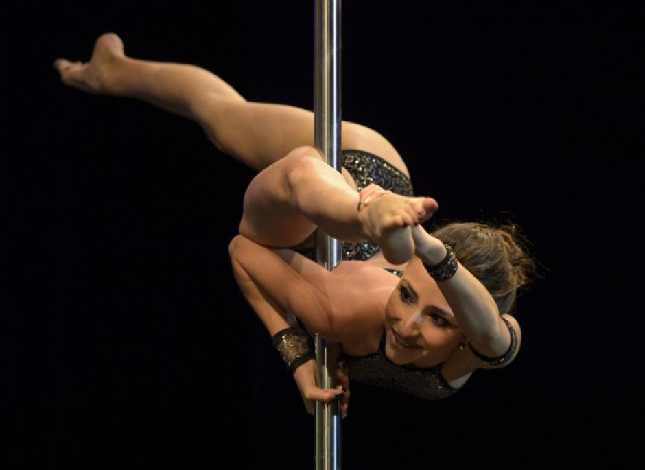 Una bailarina de barra venezolana llamada Eugenia Tovar compite en el concurso Pole Dance Sudamérica 2013, en la foto del 26 de noviembre. (Juan Mabromata/AFP)