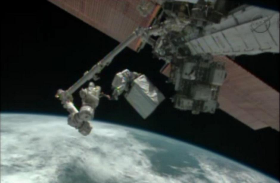Los ingenieros de la Expedición 38 Rick Mastracchio y Mike Hopkins han realizado una caminata para reparar la EEI en la víspera de Navidad. (Foto: AFP)