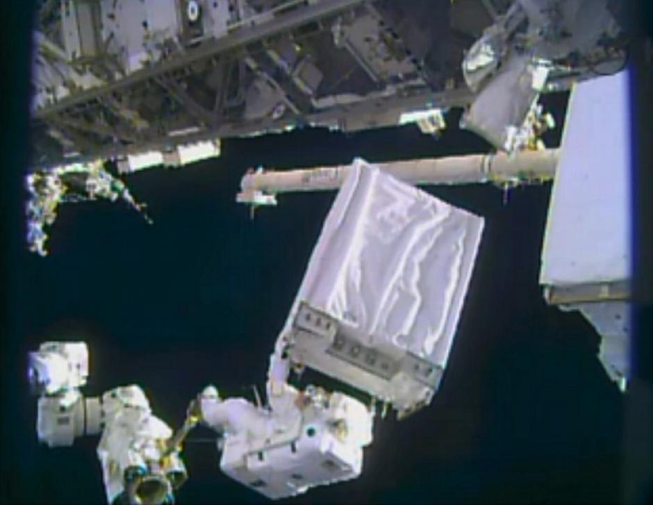 Los ingenieros de la Expedición 38 Rick Mastracchio y Mike Hopkins han realizado una caminata espacial para reparar la EEI en la víspera de Navidad. (Foto: AFP)