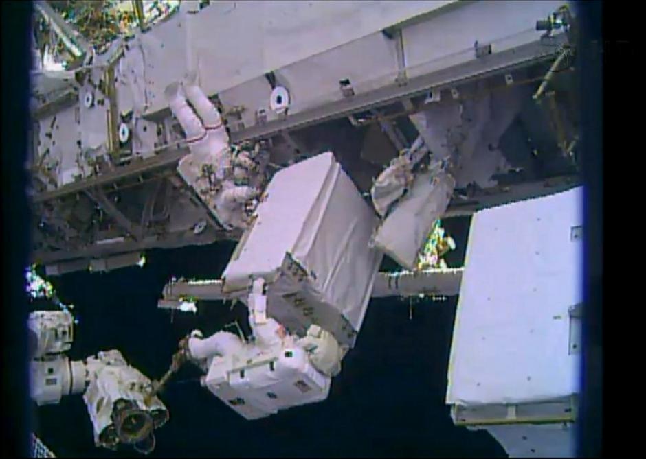 Los ingenieros de la Expedición 38 Rick Mastracchio y Mike Hopkins realizan una caminata espacial la víspera de Navidad. (Foto: AFP)