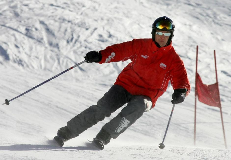 Esquiar es uno de los principales pasatiempos de Schumacher, en esta foto aparece el expiloto de Fórmula Uno esquiando al norte de Italia en 2005