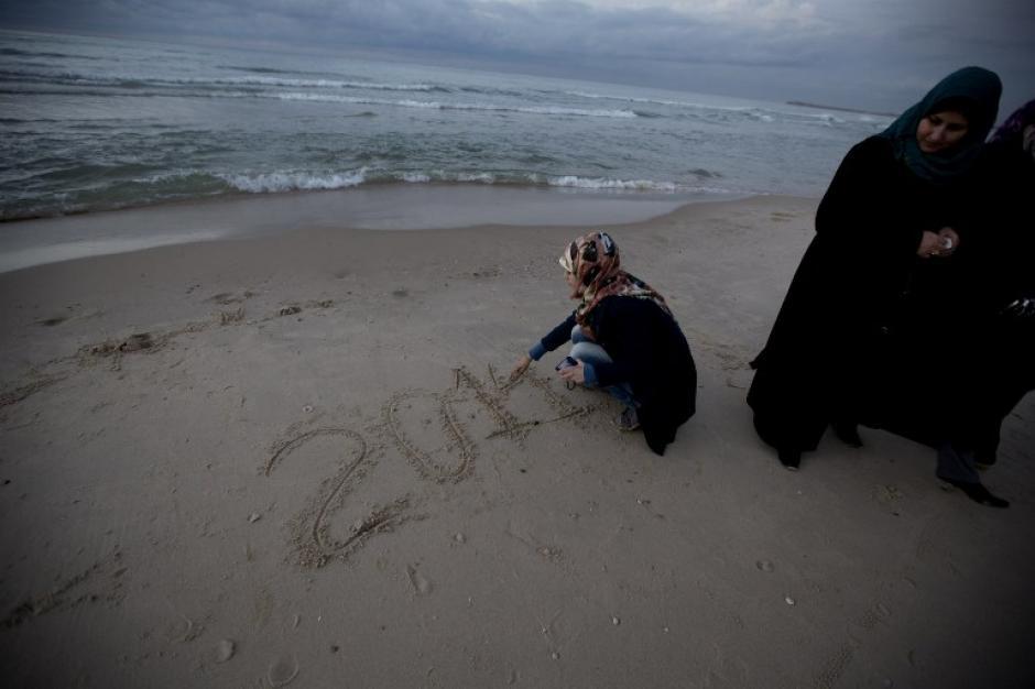 Una niña palestina espera las últimas horas del 2013, en una playa de la Franja de Gaza. Foto AFP