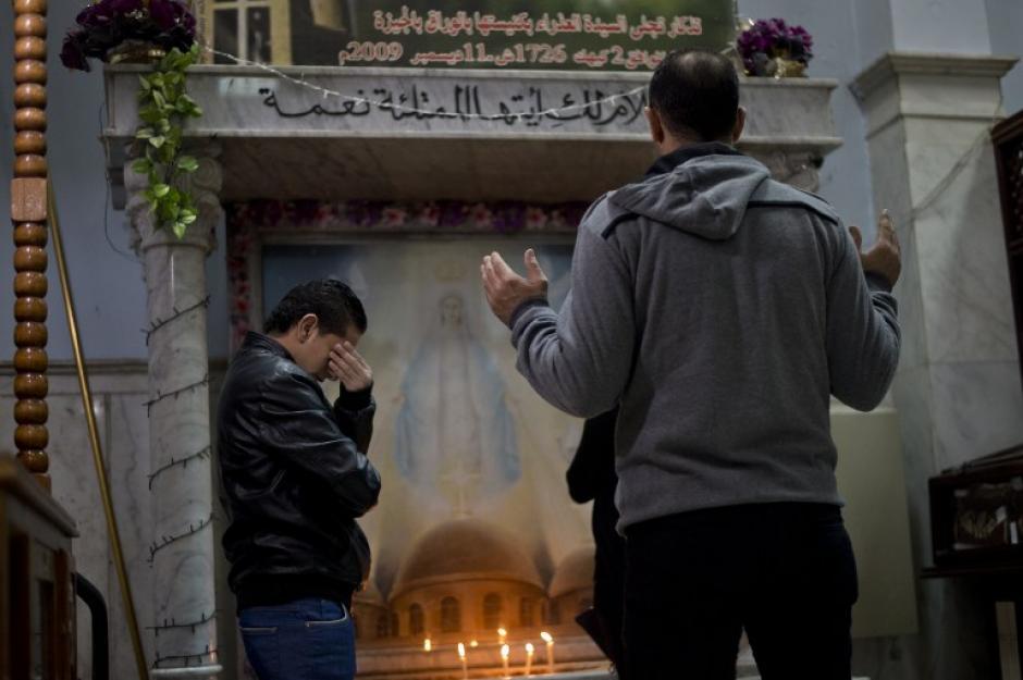 En Egipto cristianos acuden a la iglesia de la Virgen María a un servicio religioso para bendecir el nuevo año. Foto AFP