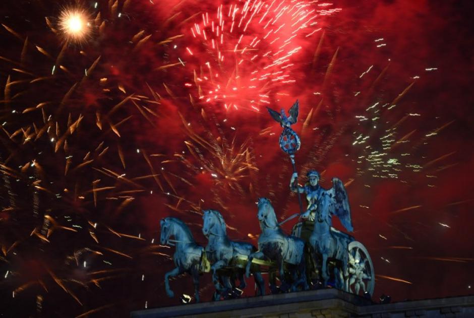 La Puerta de Brandenburgo se viste de gala para recibir el 2014. Después de los juegos artificiales hay un show de música en donde la gente canta y baila hasta las primeras horas del amanecer. Foto AFP