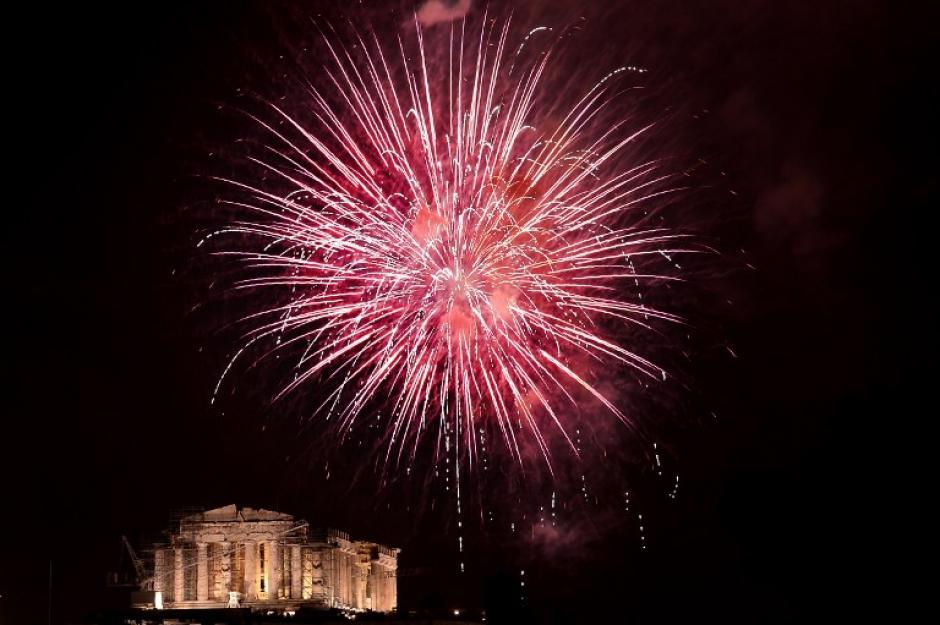 En Grecia, los juegos pirotécnicos se observan con el fondo del Partenón. Foto AFP