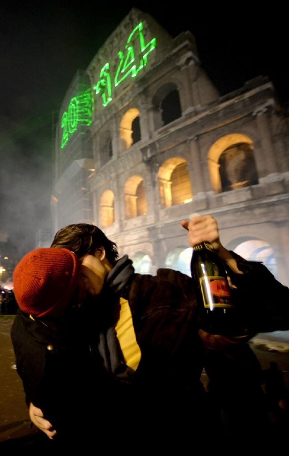 El coliseo romano es el escenario ideal para los italianos que acuden a participar de las festividades del Año Nuevo. Foto AFP