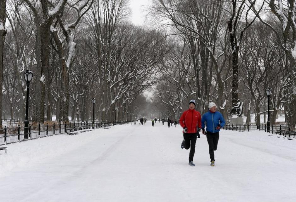 Pese al frío y la nieve, algunos intentan llevar la rutina diaria sin importar el mal clima. Foto AFP