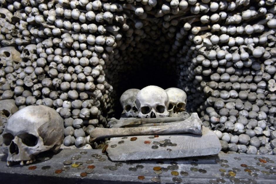 La catedral de Kutná Hora atrae a miles de visitantes al año, pues el Osario de Sedlec es considerado una obra mestra gótica. (Michal Cizek/AFP)