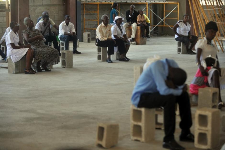 Dentro de una construcción adjunta a la catedral de Puerto Principe, un grupo de religiosos conmemoran el cuarto aniversario tras el terremoto que azotó Haití