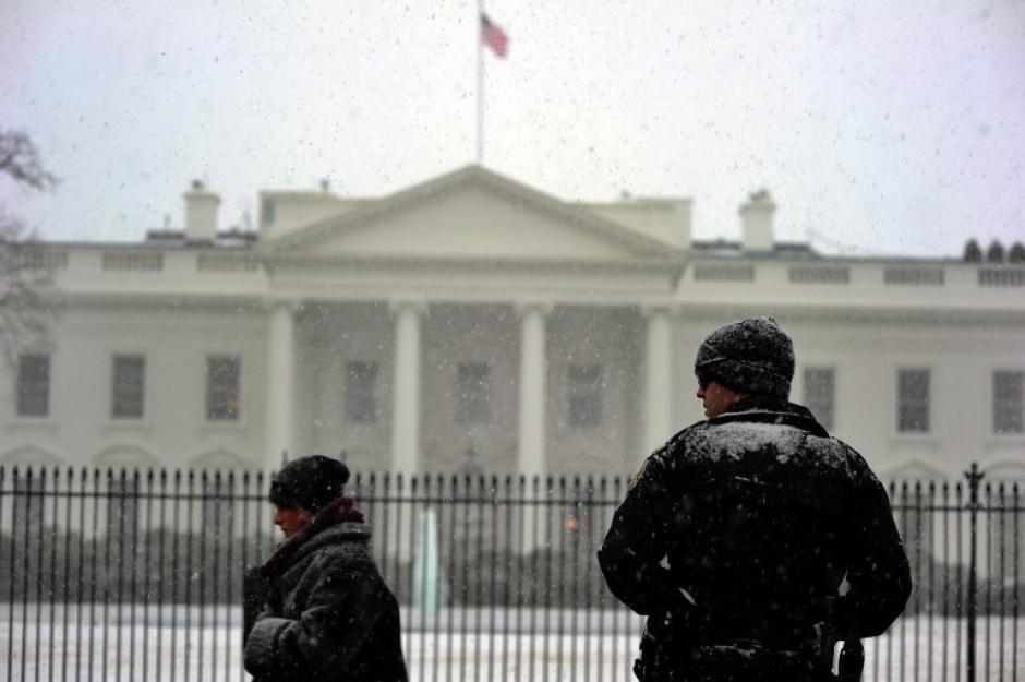 La Casa Blanca anunció que cancela todas las actividades programadas para este martes debido al clima inclemente que afecta la región. (AFP)
