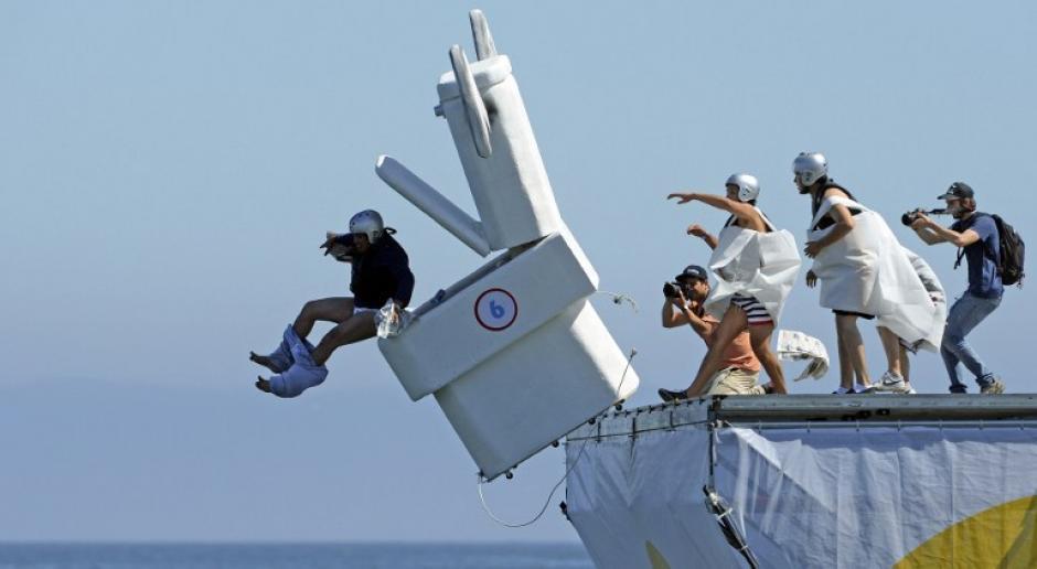 """Una extraña competencia de """"máquinas voladoras"""" se celebra en Valparaiso, Chile y tiene el nombre de """"Flugtag"""". Foto del domingo 9 de febrero de 2014. (Foto: Martin Bernetti/AFP)"""