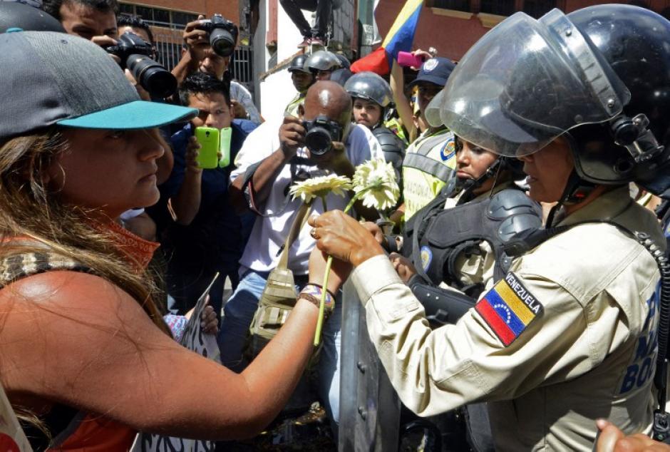 Manifestantes y policías se encontraron de nuevo en las marchas de hoy. Foto AFP