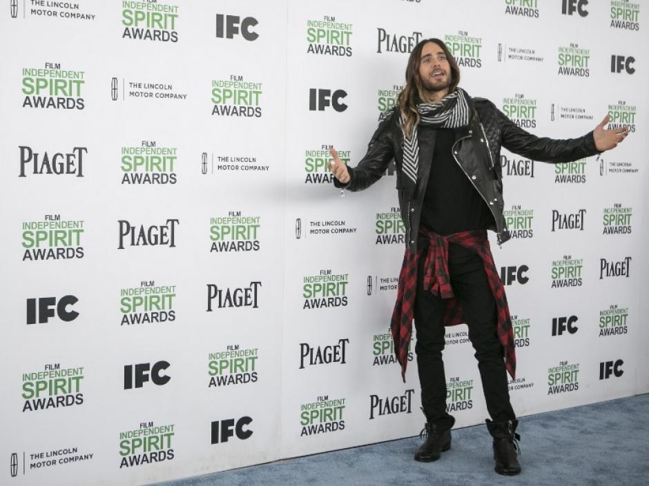 Jared Leto, ganó al mejor actor de reparto. En la alfombra azul vistió poco elegante. Botas desatadas, franela amarrada a la cintura y chumpa de lona. (Foto:AFP)
