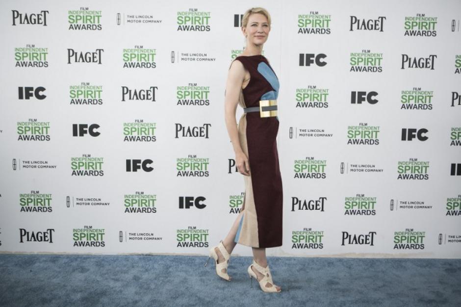 Cate Blanchet una de las ganadoras de la noche, lució este vestido en colores tierra. (Foto: AFP)