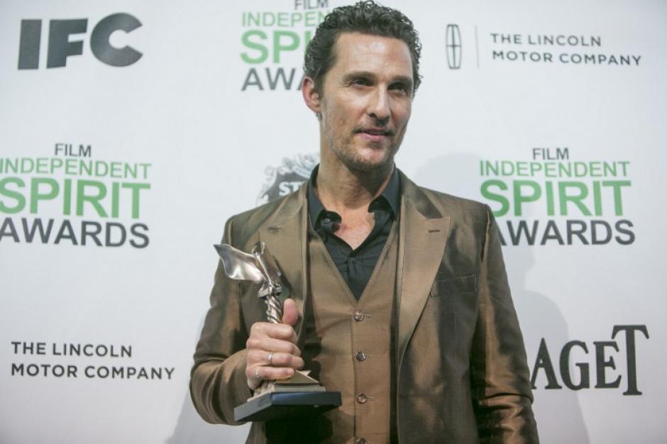 """Matthew Macconaughey fue el ganador al mejor actor en los Spirit Awards, su vestimenta llamó la atención por lo """"poco combinado"""" según la prensa especializada llegó """"muy brilloso"""" traje café, zapatos azules y camisa negra !fuera de la común¡ (Foto:AFP)"""