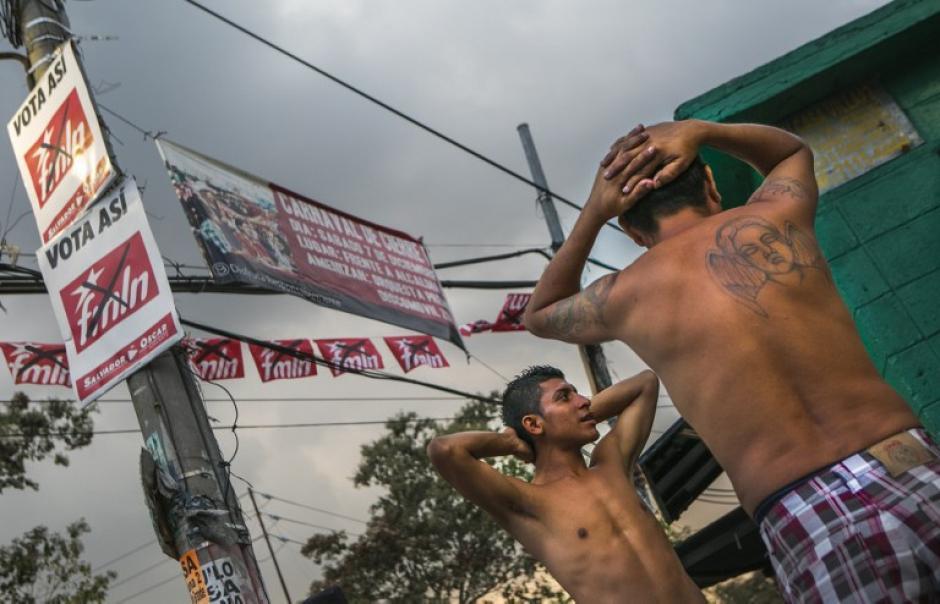 La propaganda electoral inunda las calles de la capital y contrasta con los operativos contra las bandas juveniles en San Salvador. (Foto: AFP)