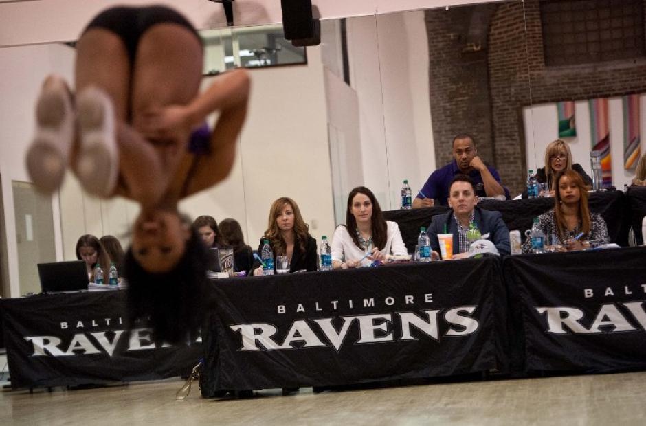 Los jueces miran a una animadora aspirante durante su rutina, durante el primer día de las pruebas de aptitud. Los jueces suelen calificar con dureza los ejercicios de las chicas. (Foto: AFP/Nicholas Kamm)