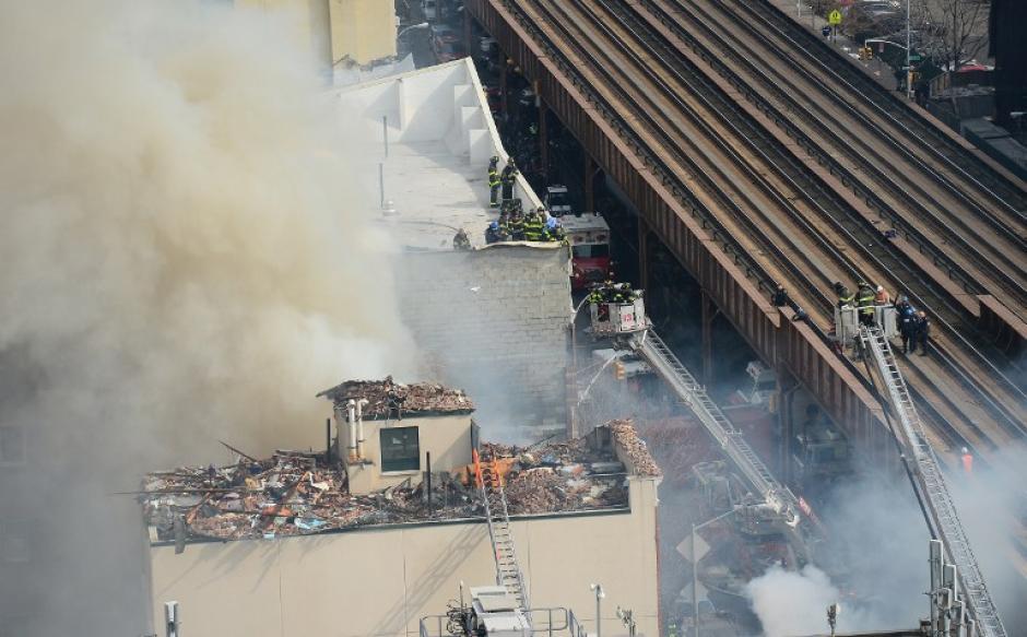 """Las columnas de humo pudieron ser vistas desde varios lugares del """"alto Manhattan"""". (Foto:AFP)"""