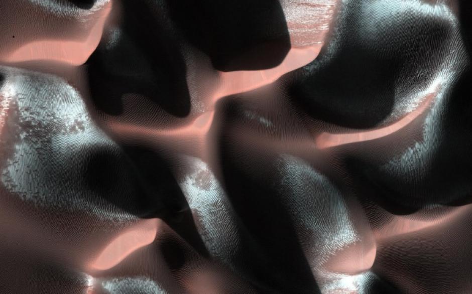 Dunas de Arena en Marte. La NASA ha publicado esta imagen de un cráter en las tierras altas del sur del Planeta Rojo. El azul es un frío estacional que se acumula en el hemisferio como una especie de clima de invierno. (Foto: AFP)