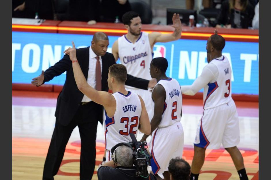 Los jugadores de los Clippers festejan con su entrenador, Doc Rivers