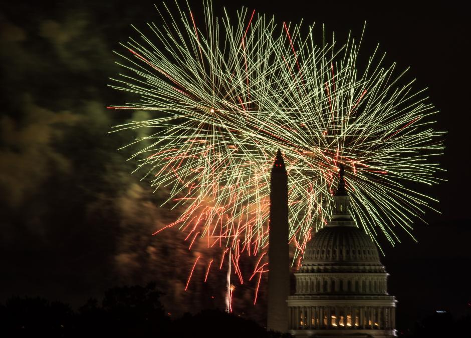 Fuegos artificiales estallaron sobre el Capitolio de los EE.UU. y el Monumento a Washington, durante las celebraciones del Día de la Independencia en Washington el 4 de julio de 2014. (Foto: Nicholas Kamm/AFP)