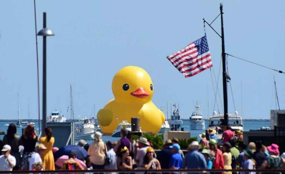 """Multitud abarrota un muelle en el puerto de San Pedro, California. Para observar el """"Rubber Duck"""", encabezando un desfile de botes durante el Festival de Grandes Barcos. El inflable mide 6 pisos de altura. (Foto: Frederic J. Brown/AFP)"""