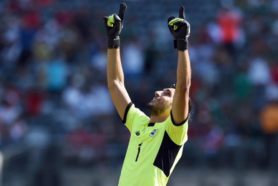 Jaime Penedo celebra con las manos al cielo el pase de Panamá a semifinales de la Copa Oro