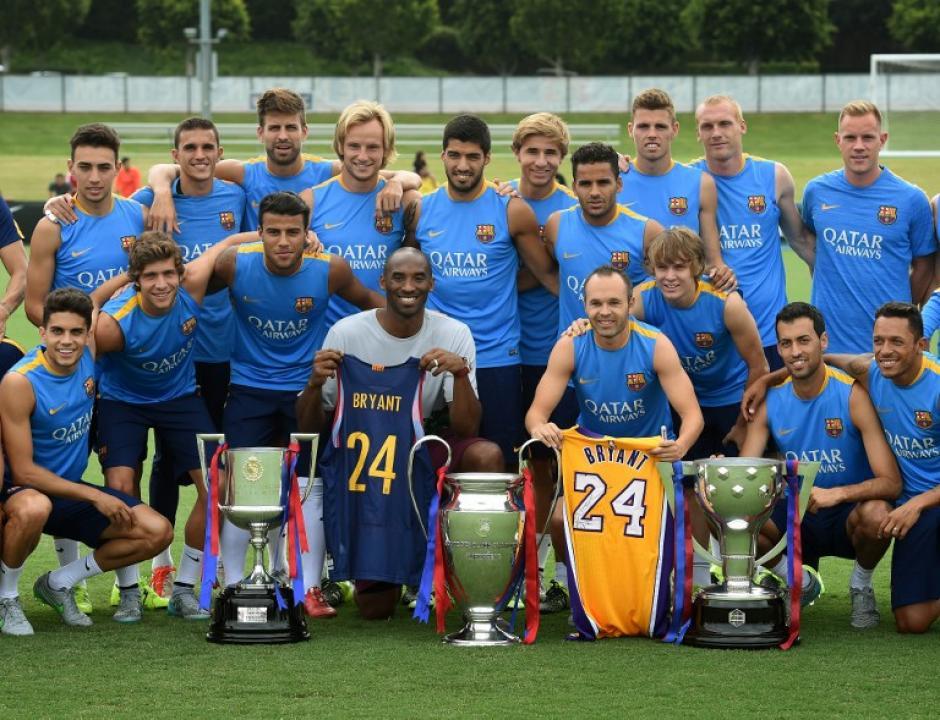 El jugador de baloncesto Kobe Bryant junto a la delegación del Barcelona