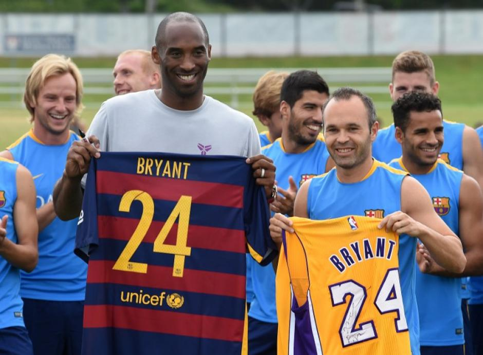 Bryant y Andrés Iniesta, el capitán del Barcelona. (Foto: AFP)